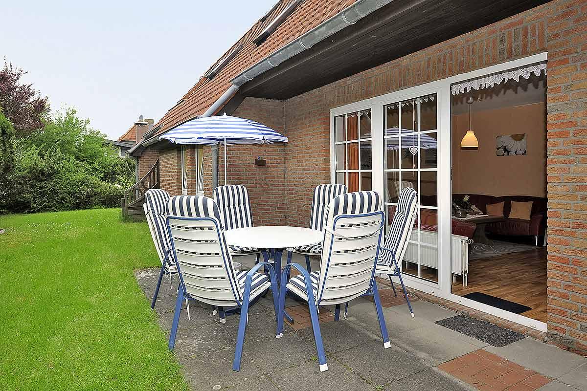 Terrasse mit Terrassenmöbeln für bis zu 6 Personen