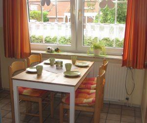 Gemütliche Küche mit Tisch für 4 Personen in der Ferienwohnung Muschel