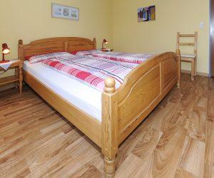 Schlafzimmer in der Ferienwohnung Wattwurm in Carolinensiel