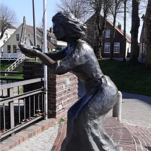 Carolinensiel - Bronzeskulptur am Museumshafen